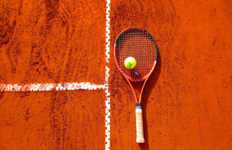 raquette sur terrain de tennis