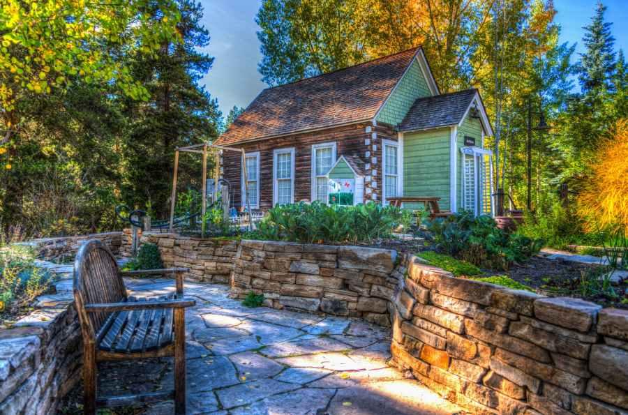 petite maison et salon de jardin