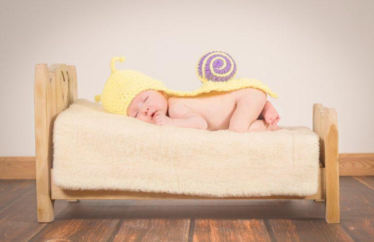 bébé dans son lit