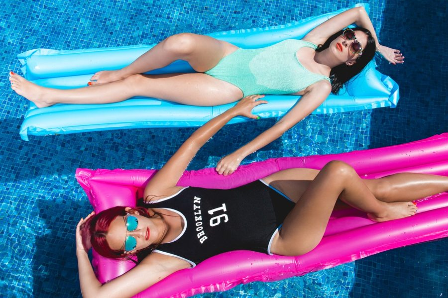 femmes dans piscine
