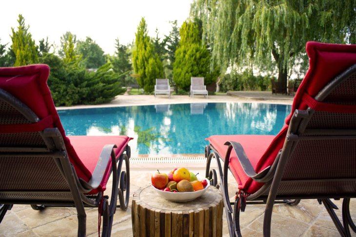 chaises longues et piscine