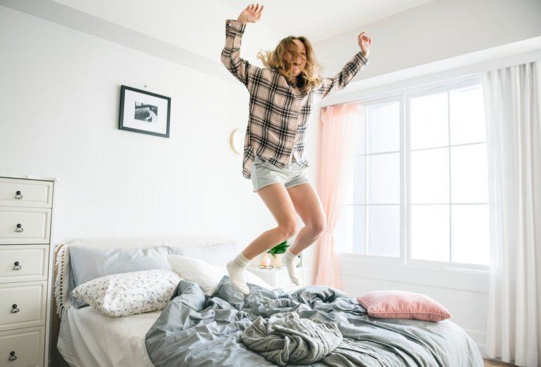 sauter sur le lit