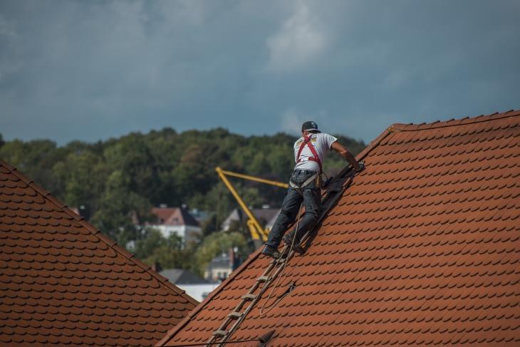 travailleur sur toiture