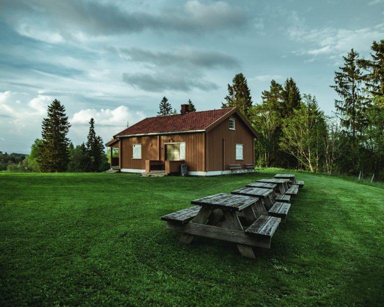 maison en bois avec tables extérieurs