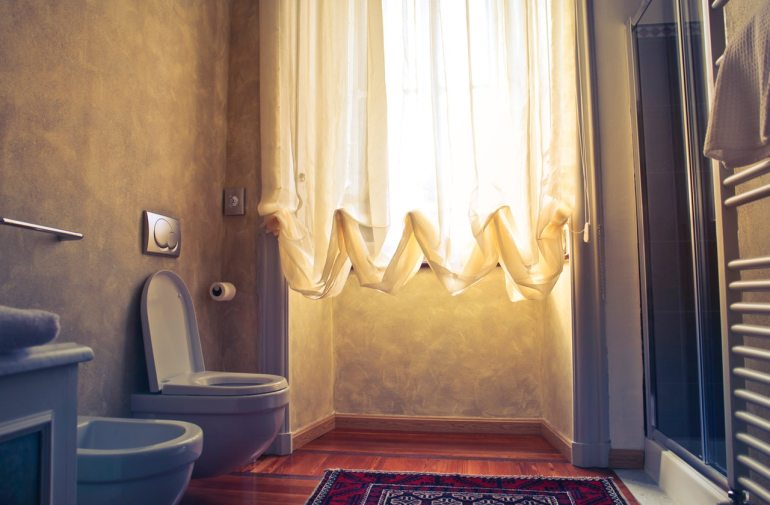 salle de bain avec rideau