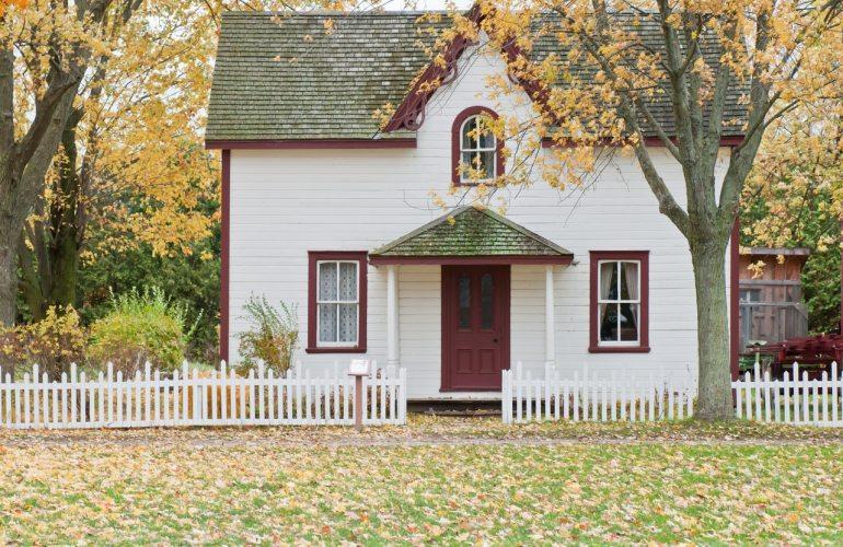 maison en bois blanche